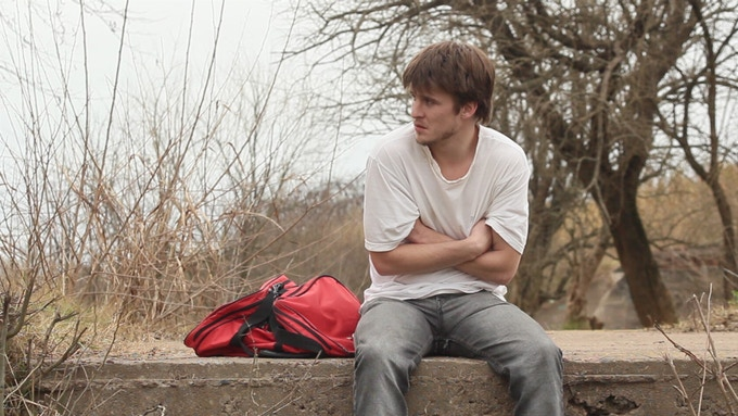 Eugenio reconoce a Martin, dándose cuenta que es un amigo de la infancia y entiende su situación actual