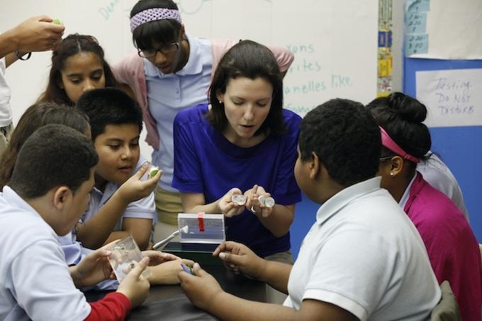NeuroDome team member Kelley Remole (Columbia University) leads a neuroscience workshop