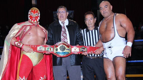 """Solar and Negro Navarro prepare to do battle for IWRG's """"Master Championship"""" (photo courtesy of amazing lucha photographer Black Terry Jr.)"""