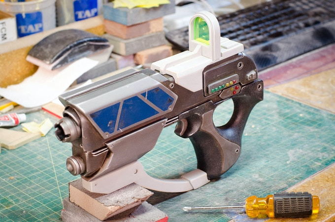 A prototype gun sporting the unpainted prototype accessories.