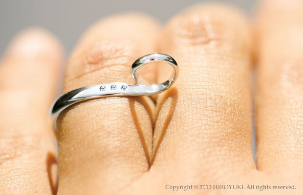 The Shadow Heart Ring Diamond Edition which is made of platinum and has three inlaid diamonds.