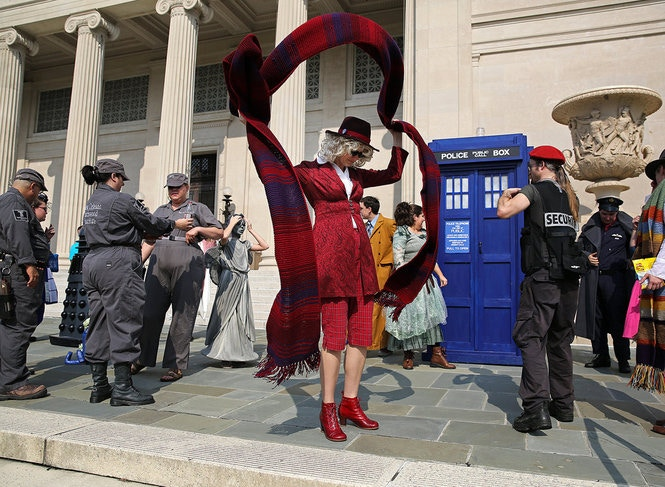 KdW cosplayers and the TARDIS