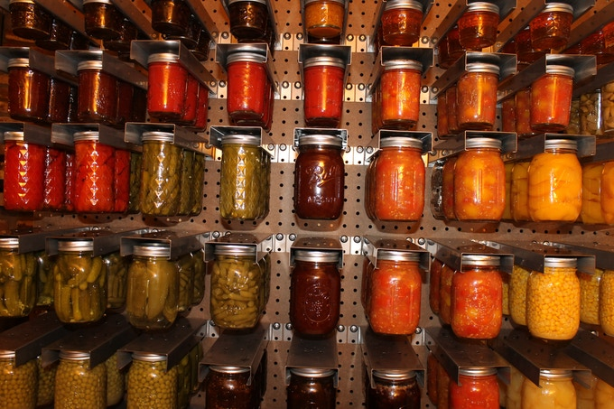 Jars can fit in the jar hanger with or without the bands.