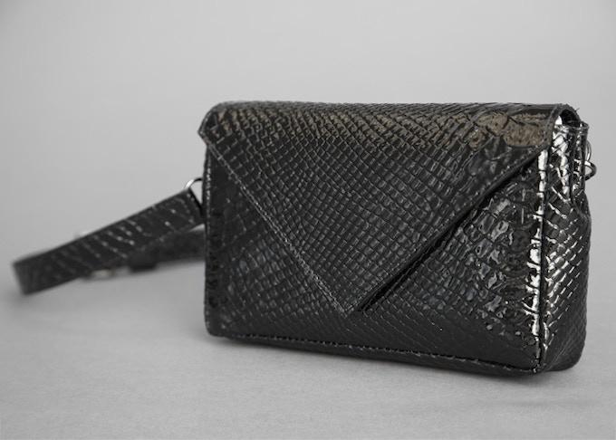 Envelope Mollypack in color Black Patent Python