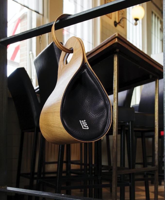 € 410,-- funding brings you the smart package: handbag plus handbaghook. Photo: American Oak.