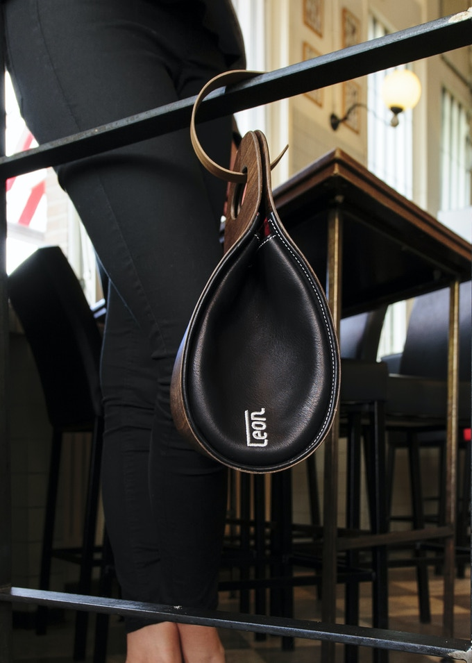 € 410,-- funding brings you the smart package: handbag plus handbaghook. Photo: Walnut.