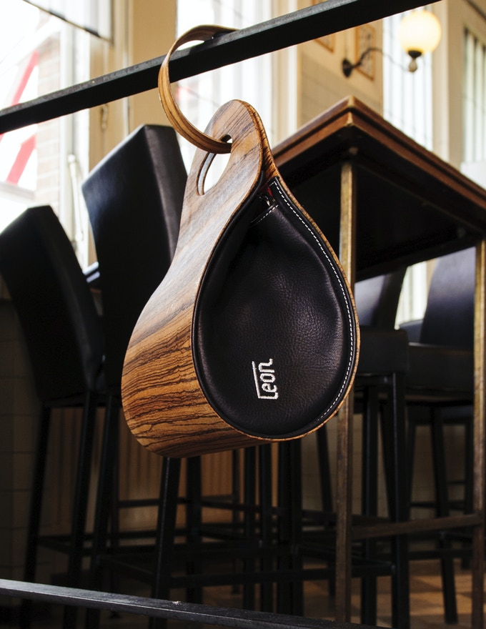 € 410,-- funding brings you the smart package: handbag plus handbaghook. Photo: Zebrano.