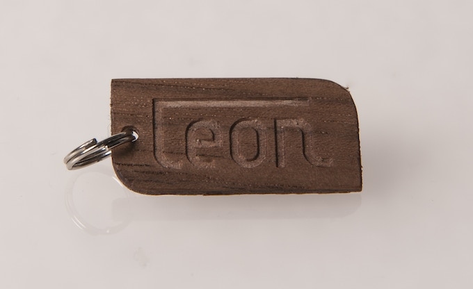 € 10,-- funding brings you this wooden keyring with my logo. You choose: American Oak, Zebrano or Walnut. Photo: Walnut.
