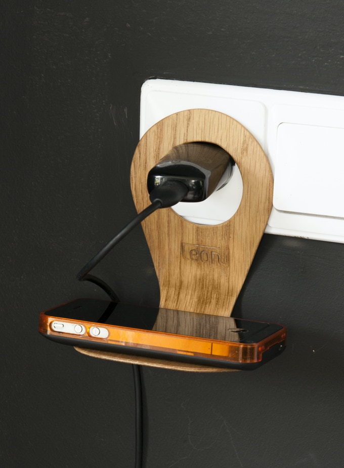 Smart and funny: charging your cell phone with this real wooden holder. Fits easily in the handbag. Photo: American Oak version.