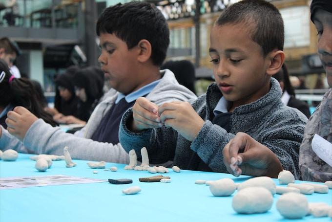 EEFF 2012 - 100's of school children building their own 'Gromit'