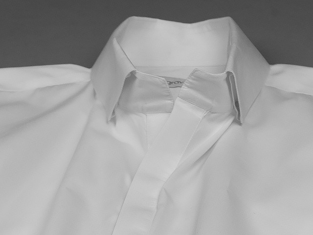 Uniquely structured collar with concealed buttons guarantees no flapping