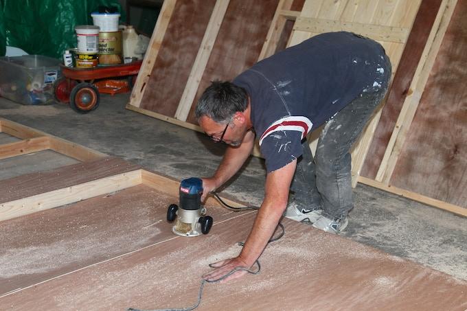 Paul Miller builds the set