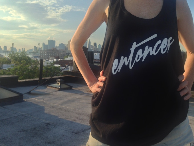 "IN TANK OR TSHIRT! Entonces means ""And then"" or ""So..."""