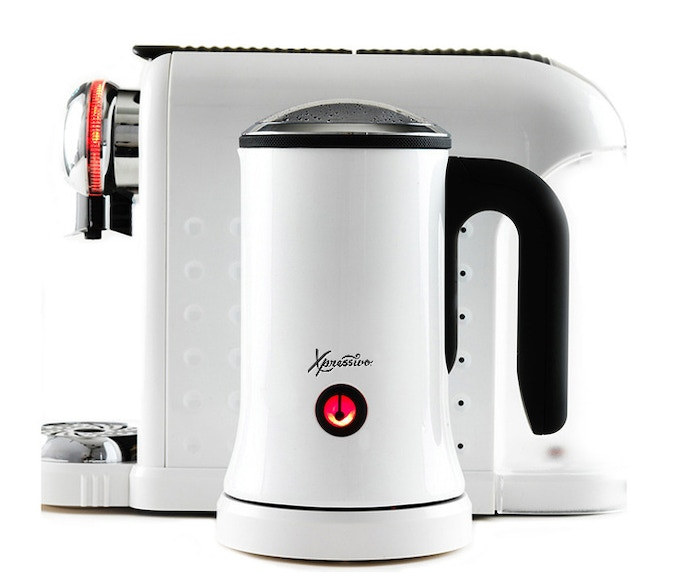 Detachable electric milk foamer quickly warms and froths milk for awesome lattes and cappuccinos.