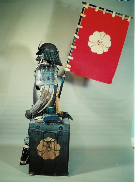 The flags worn on the back of the Samurai's armor is called a SASHIMONO. The flag helps identify the different armies on the battlefield. A sashimono with a golden banana on a red flag comes with the life-size Silverback Samurais™ statue.