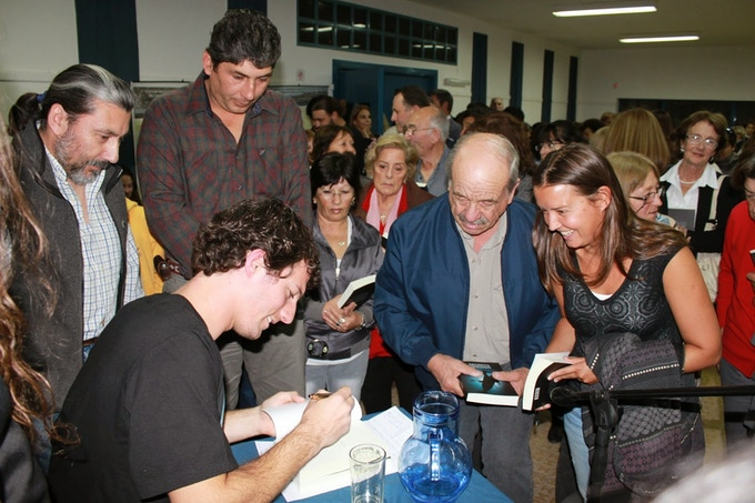 That's me signing copies of the Spanish edition of The Sunken Secret at the book launch, in Patagonia