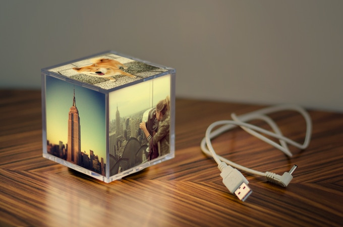 Product pledge: 1 Cubee light, 1 USB charging cord, 5 personalized backlit prints