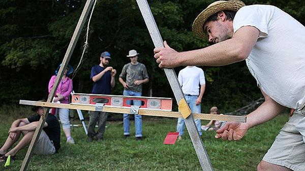 L'instructeur Sean Dembrosky démontre l'utilisation d'un A-frame pour tracer des courbes de niveau.
