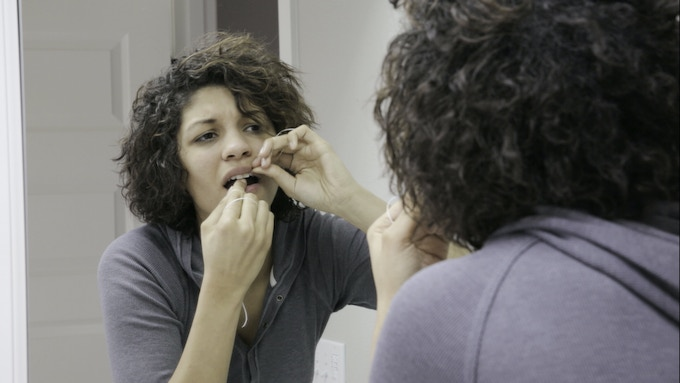 All Problems with Flossing - the Diffuculty, Mess, Waste, and Discomfort- Can be Traced to the Grip