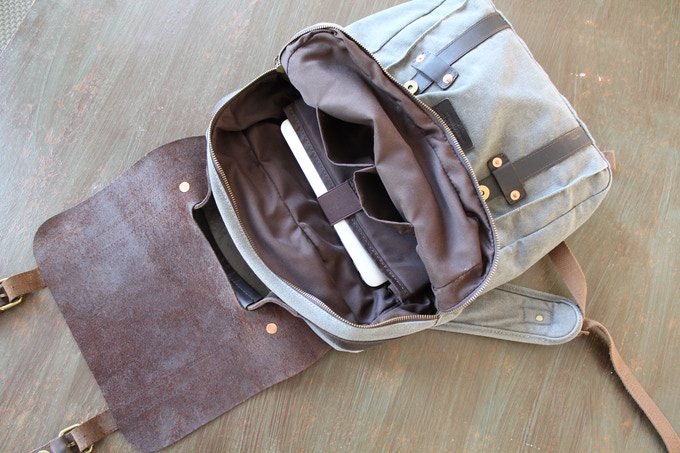 """Features 2 pockets & a padded laptop sleeve up to 17"""""""