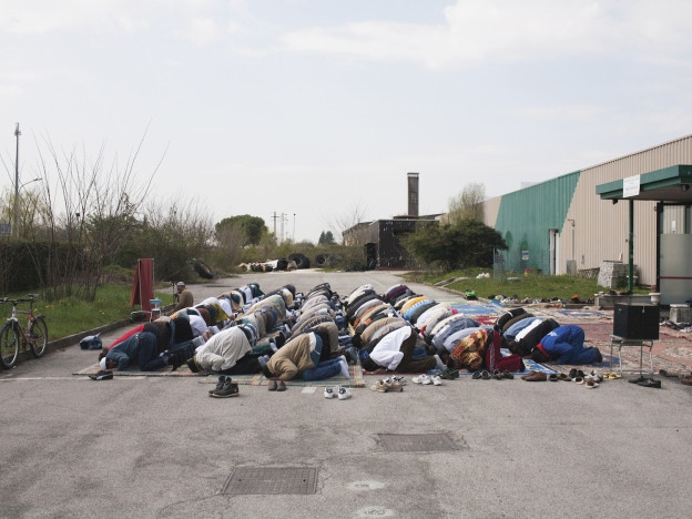 Muslims praying in a parking lot. (Credit: Nicoló Degiorgis, Hidden Islam)
