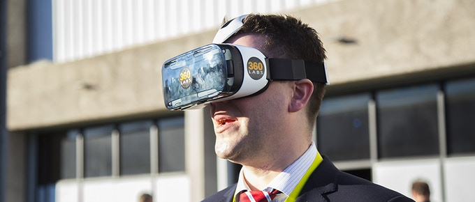 CES2015 attendee enjoys the Grand Canyon in VR