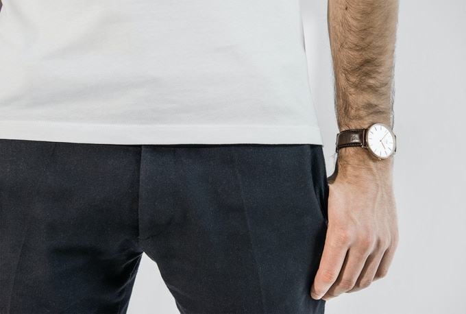 The bound hem is sewn with a 0.3 mm twin needle stitch for a sleek, distinguished look. Clearly marked edges provide a subtle accent to every outfit.