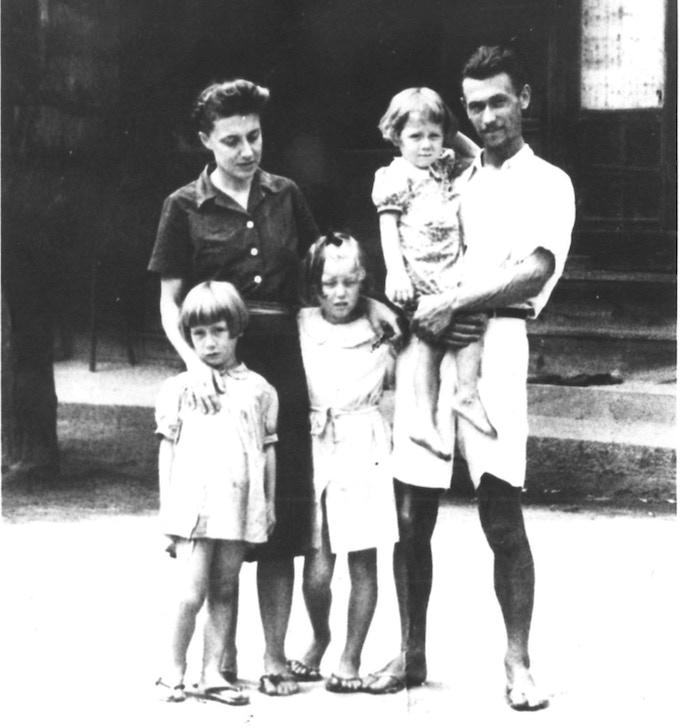 Topazia, Fosco and their three daughters Yuki, Dacia and Toni (my mother) right after their liberation.  Tokyo 1945.Topazia, Fosco e le tre figlie Yuki, Dacia e Toni (mia madre), poco dopo la fine del periodo di prigionia.  Tokyo 1945.