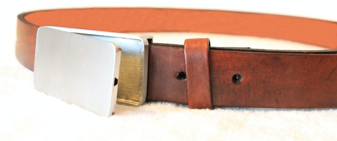 Powerful neodynium magnets hold the belt together