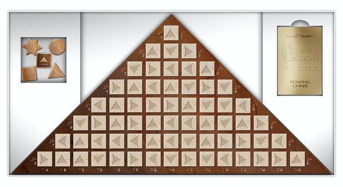 Photoshop-drawing of the open box with contents: the board with 64 game stones, one compartment with 4 gaming figures (pawns) and die and one compartment with 36 cards for blind and non-blind players.