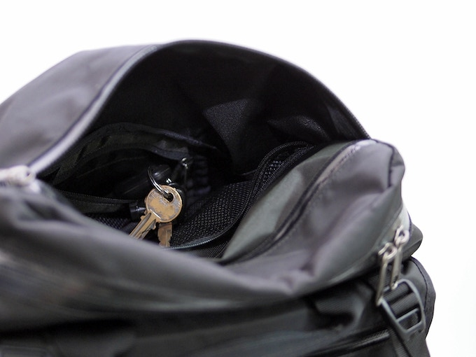 A hidden key pocket in the top compartment behind the HANCHOR logo stores your keys safely out of sight and out of reach until you need them.
