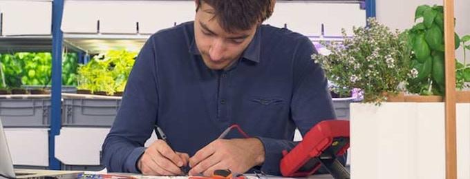 Jérôme testant un système de LED