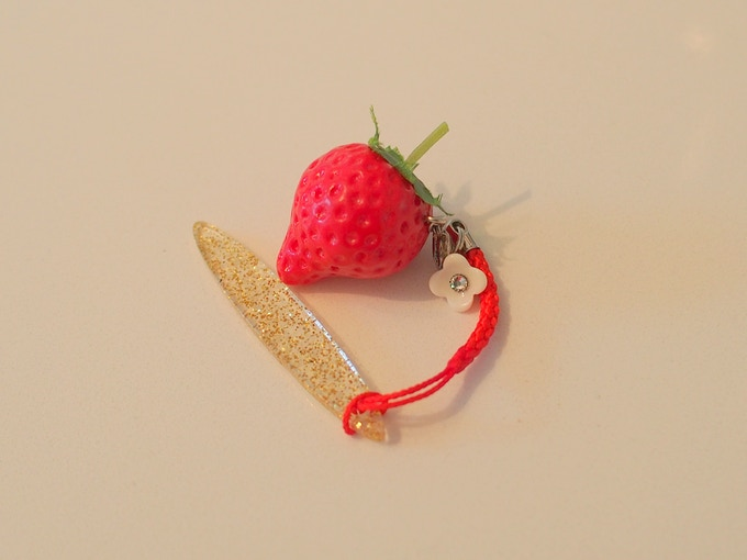 A small strawberry-shaped sweets-deco obi accessory