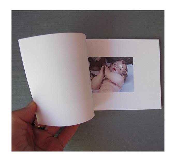 14 x 10 cm, 52 pages, Papier couché mat, Reliure Japonaise, Édition limitée à 50 exemplaires. Livre signé et numéroté.