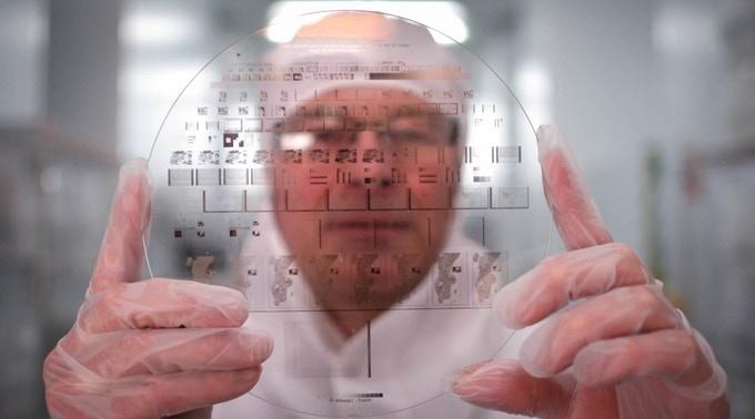 Alain Rey, inventeur de la Nanoforme, dans une salle blanche