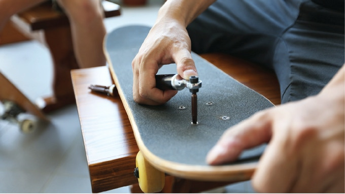 Tighten your skateboard anytime anywhere