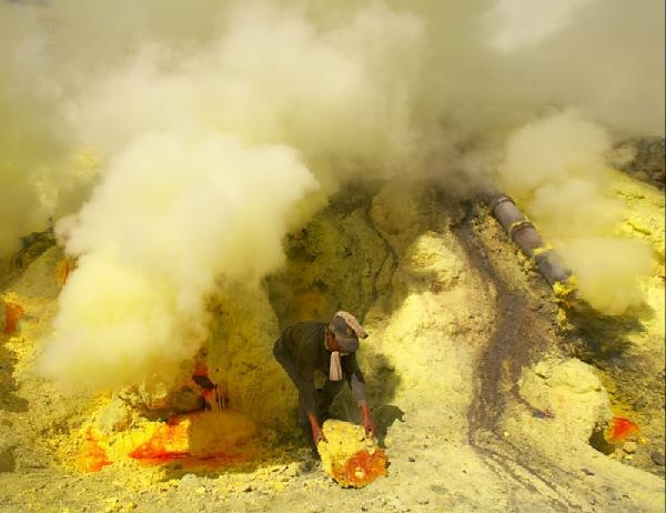 Real life inspiration of the Devil's Throat: sulfur mining at the lake of Kawah Ijen.