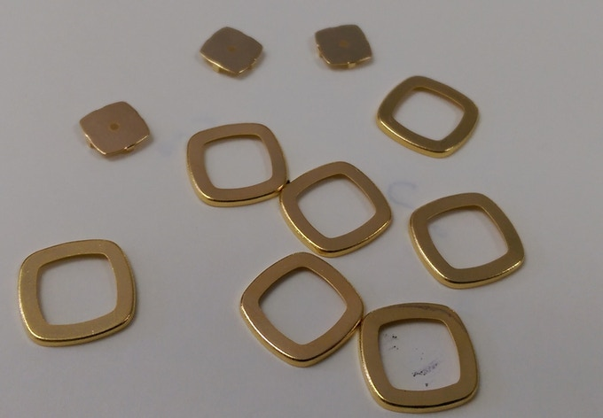 18 K gold magnetic connector on Squircle