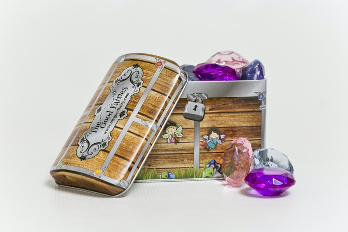 Keep your jewels safe in the magic treasure chest!