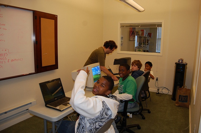 One of our earliest free classes, before our classroom expanded.