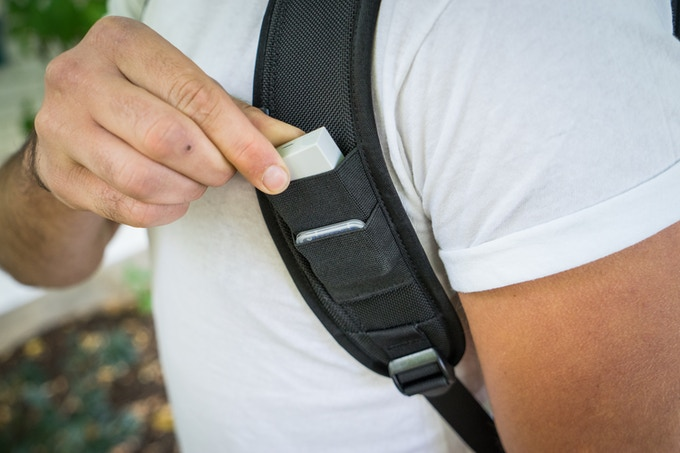 Elastic pockets on left shoulder strap for SD cards and smaller batteries– so you are always ready.