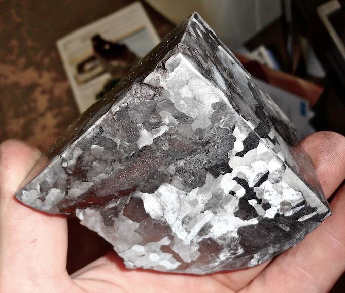 Meteorite in Quarter-cut form showing the Widmanstätten pattern.