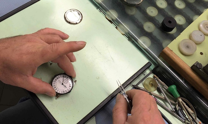 The mounting of the bezel on the case of a GTG watch