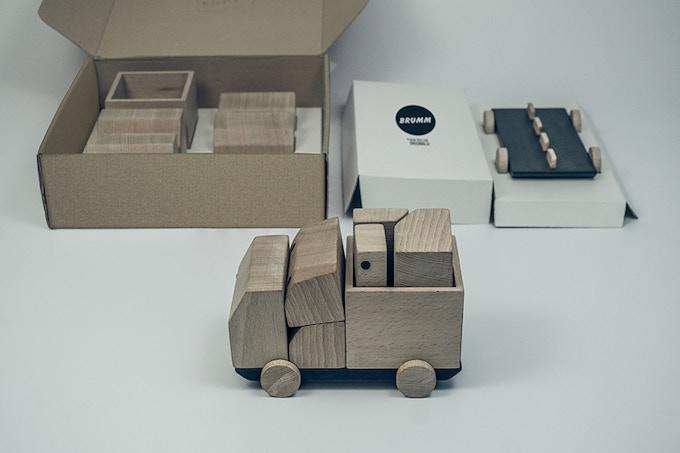Exclusively designed kraft carton Packaging. Dimensions 310mm x 310mm x 100mm. Packaging de cartón Kraft diseñado exclusivamente para Brumm. Dimensiones 310mm x 310mm x 100mm.