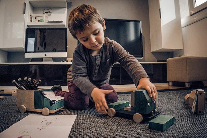 Water varnish non toxic protector, safe for the child and wood. Barniz protector al agua no tóxico, seguro para los niños y para la madera.
