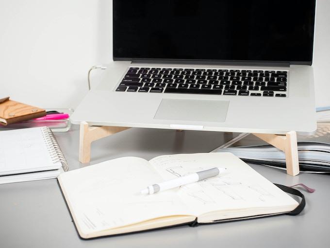 ノートパソコンが浮くことで生まれるスペースで机を広く使える