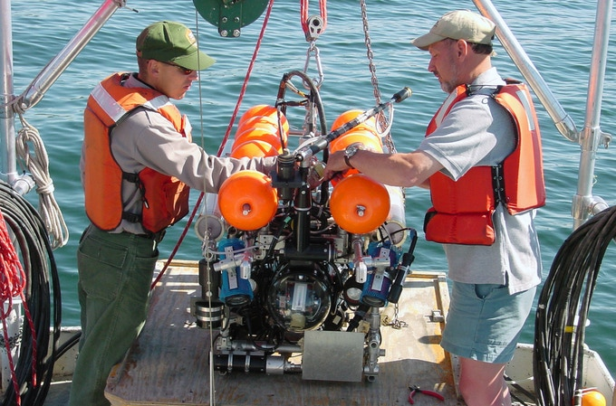 Dave (right) preparing to launch the vehicle. Image courtesy of Bob Landis.