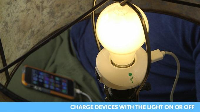 LampChampに電球を取り付け点灯させ、USBポートにコードを差し込みスマホを充電