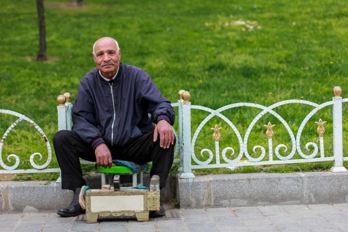 """""""Ça fait plus de 50 ans que je nettoie des chaussures dans la rue, tu es le premier à me demander pourquoi"""""""