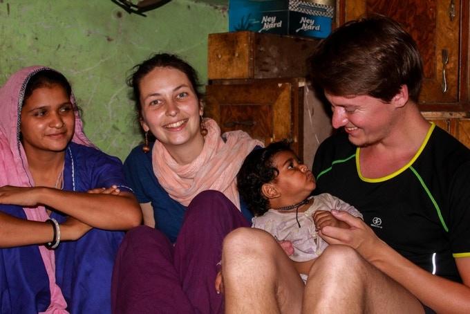 Avec des mères dans l'un des slums les plus pauvres de New Delhi